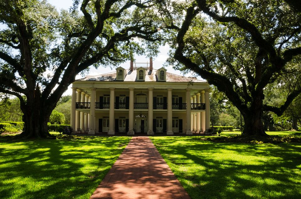 Louisiana plantation house, one of many historicla sites to visit after you finish dealing with cross country moving companies Louisiana.
