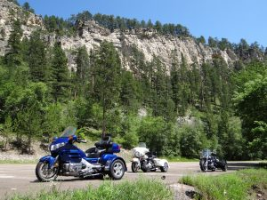 Cross country moving companies South Dakota invite you to enjoy driving in this great state.