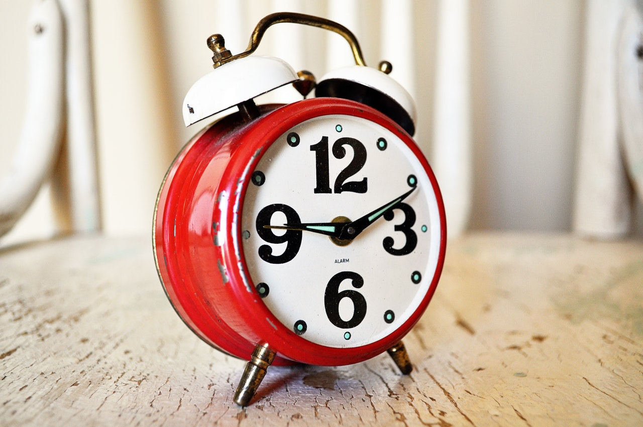 A red alarm clock - hire cross country moving companies Wichita to save time