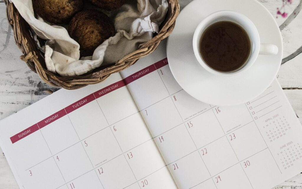 A cup of coffee and a calendar to choose a date for moving from Hawaii to Oregon